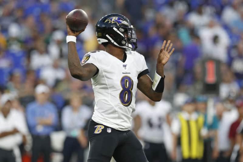 Ravens QB Lamar Jackson throws pass against Green Bay Packers