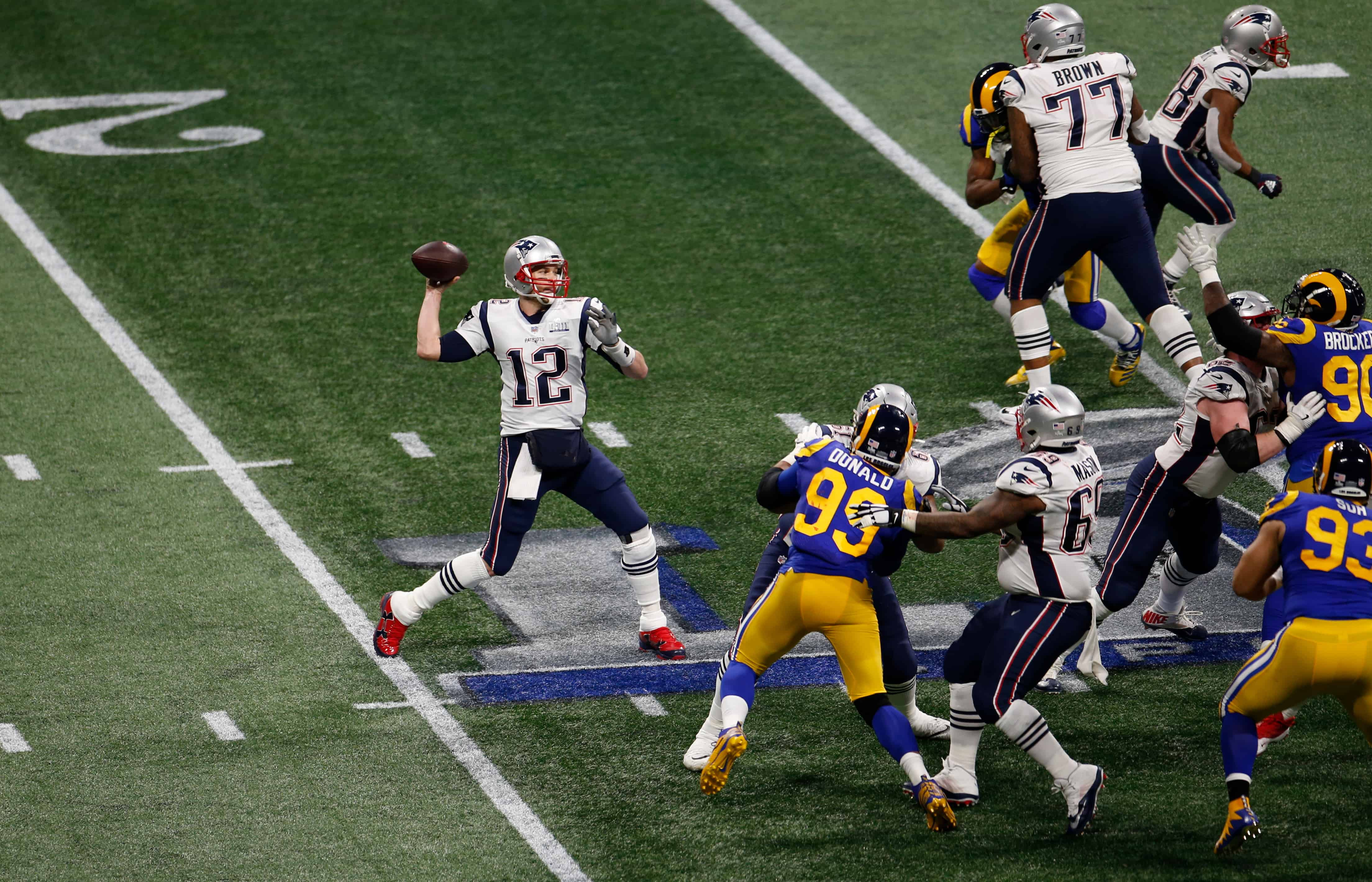 Tom Brady throws pass in Super Bowl