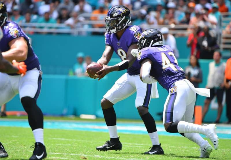 Ravens QB Lamar Jackson fakes handoff to Justice Hill